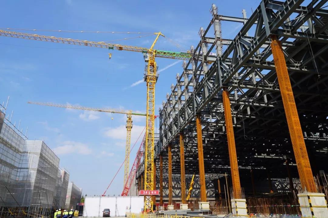 华虹七厂F1生产厂房最后一榀钢屋架吊装顺利完成